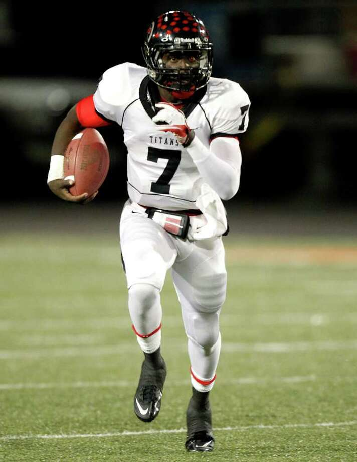 Port Arthur Memorial quarterback Terrence Singleton #7 looks for room to run against La Porte during a high school football game between Port Arthur Memorial and La Porte Friday, October 28 in Laporte, Texas. Photo: Bob Levey, Houston Chronicle / ©2011 Bob Levey