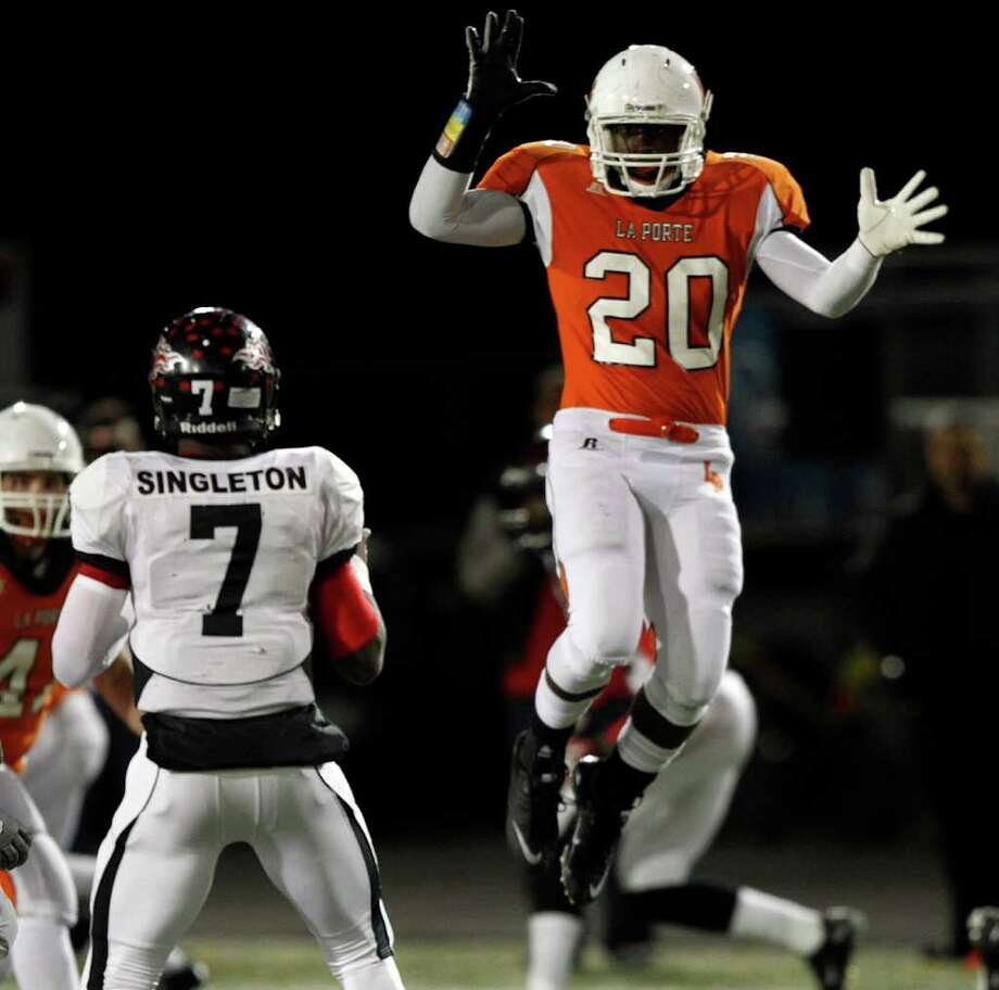 Port Arthur Memorial quarterback Terrence Singleton #7 looks to throw over La Porte's Hoza Scott #20 during a high school football game between Port Arthur Memorial and La Porte Friday, October 28 in Laporte, Texas. Photo: Bob Levey, Houston Chronicle / ©2011 Bob Levey