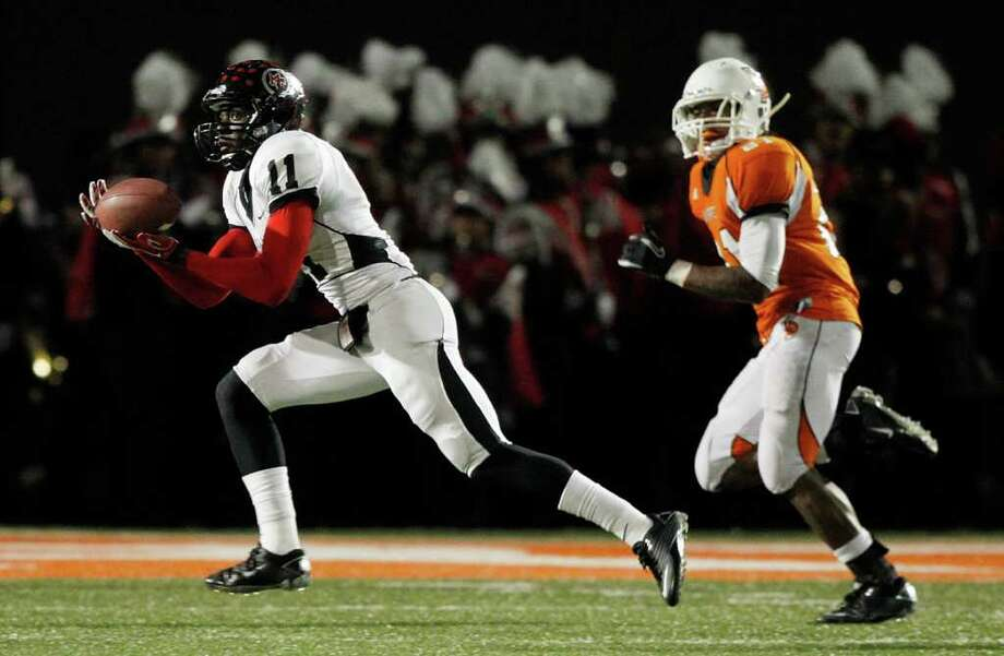 Port Arthur Memorial wide receiver Jhajaun Seales #11 completes a pass for a touchdown as he beats La Porte's Keith Whitely #21 on the play during a high school football game between Port Arthur Memorial and La Porte Friday, October 28 in Laporte, Texas. Photo: Bob Levey, Houston Chronicle / ©2011 Bob Levey