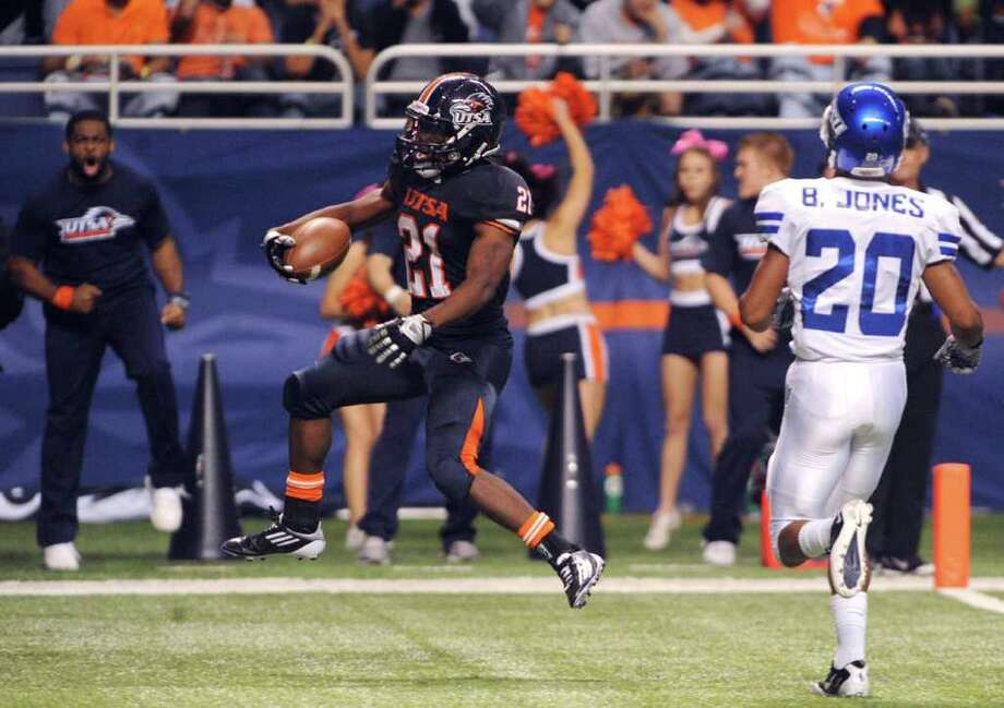UTSA running back Chris Johnson scores during college football action against Georgia State at the Alamodome on Saturday, Oct. 29, 2011. BILLY CALZADA / gcalzada@express-news.net  Georgia State at UTSA Photo: BILLY CALZADA, Express-News / gcalzada@express-news.net