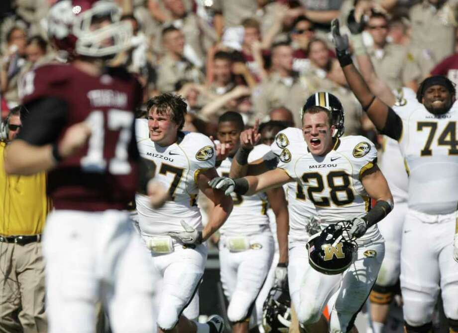 NICK de la TORRE: CHRONICLE AGGIE AND ECSTASY: Texas A&M quarterback Ryan Tannehill shows his dismay as Missouri players rush the field after Tannehill's fourth-down pass in overtime fell incomplete. Photo: Nick De La Torre / © 2011  Houston Chronicle