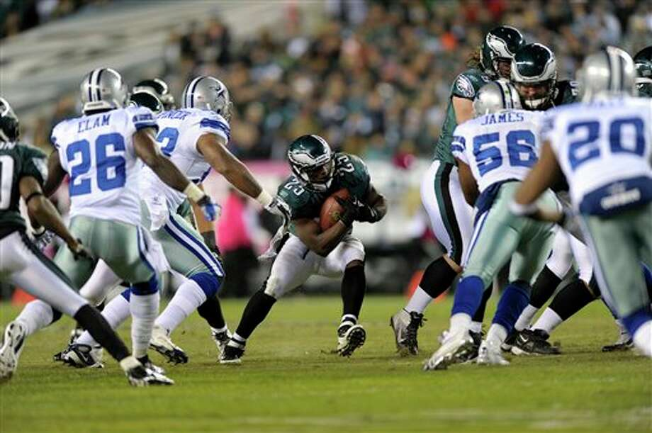 Philadelphia Eagles running back LeSean McCoy (25) runs in the first half of an NFL football game with the Dallas Cowboys Sunday, Oct. 30, 2011 in Philadelphia. (AP Photo/Michael Perez) Photo: Michael Perez, Associated Press / AP2011
