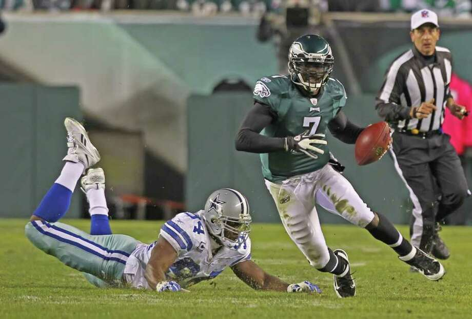 MICHAEL BRYANT: McCLATCHY-TRIBUNE HE'S QUICK: Keeping Michael Vick under control, something the Cowboys failed to do in a 34-7 loss to the Eagles on Oct. 30, will be task No. 1 during Saturday's rematch in Arlington. Photo: Michael Bryant / Philadelphia Inquirer