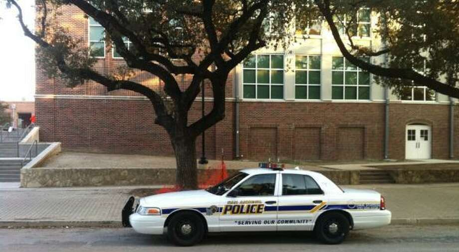 A 13-year-old waiting for a school bus was robbed of her cell phone Tuesday morning at San Antonio Independent School District's Twain Middle School. Photo: Eva Ruth Moravec / Emoravec@express-news.net