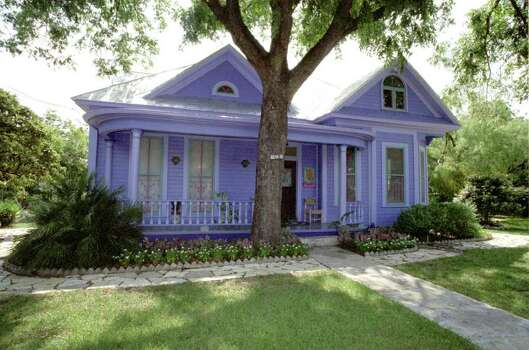 San Antonio Express-News file photo of  SANDRA CISNEROS' PURPLE HOUSE IN KING WILLIAM.08/06/1997 Photo: RICK HUNTER, SAN ANTONIO EXPRESS-NEWS / SAN ANTONIO EXPRESS-NEWS