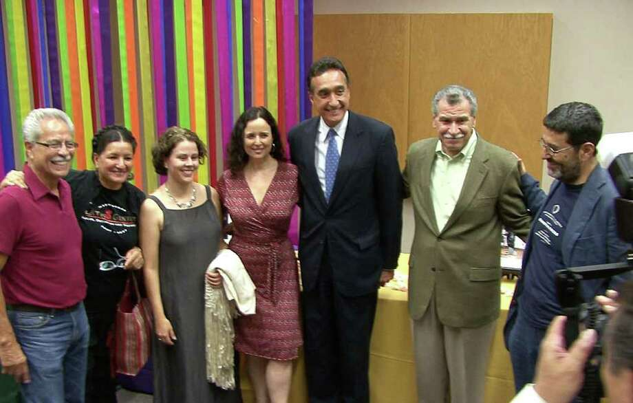 MULTIMEDIA - Members of Los Macarturos, Hispanic recipients of the John D. and Catherine T. MacArthur Foundation grants, pose with former San Antonio Mayor Henry Cisneros, third from right, during the opening reception of the 10-year reunion of the group. They are, from left, Rueben Martinez, Sandra Cisneros, Cecilia Munoz, Ruth Behar, Paul Roldan and Camilo Jose Vergara, at UTSA on Thursday night, Oct. 4, 2007. They are to address issues facing Hispanics. BILLY CALZADA / STAFF Photo: BILLY CALZADA, SAN ANTONIO EXPRESS-NEWS