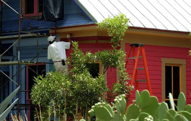METRO- Sandra Cisneros' house is painted pink Friday, June 18, 2004 in King William. BAHRAM MARK SOBHANI / STAFF Photo: BAHRAM MARK SOBHANI, SAN ANTONIO EXPRESS-NEWS / SAN ANTONIO EXPRESS-NEWS
