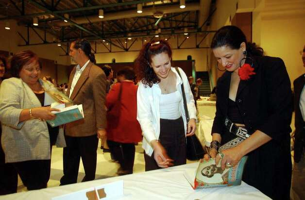 METRO - Author Sandra Cisneros (R) autographs a book for Blanca Ochoa after her reading at the Guadalupe Cultural Arts Center's San Antonio Inter-American Book Fair and Festival on Thursday night, Nov. 21, 2002. Cisneros was joined by writers Marjorie Agosin and Sergio Ramirez, who also read from their works. BILLY CALZADA / STAFF Photo: BILLY CALZADA, SAN ANTONIO EXPRESS-NEWS / SAN ANTONIO EXPRESS-NEWS