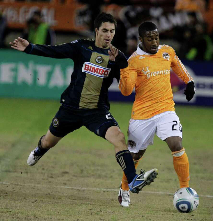 Philadelphia Union Michael Farfan, left, and Houston Dynamo 26 Corey Ashe, right, scramble for the ball. Photo: Melissa Phillip, Houston Chronicle / © 2011 Houston Chronicle