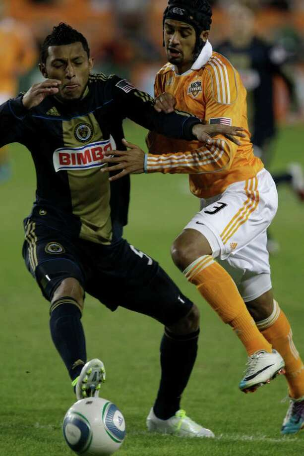 Philadelphia Union defender Carlos Valdes, left, is challenged for the ball by Houston Dynamo forward Calen Carr. Photo: Melissa Phillip, Houston Chronicle / © 2011 Houston Chronicle