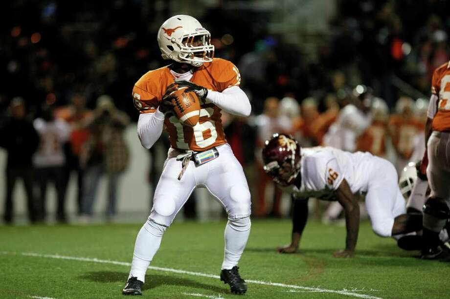 Dobie quarterback, Deandre Bolden (16) drops back to pass. Photo: TODD SPOTH, For The Chronicle / Todd Spoth