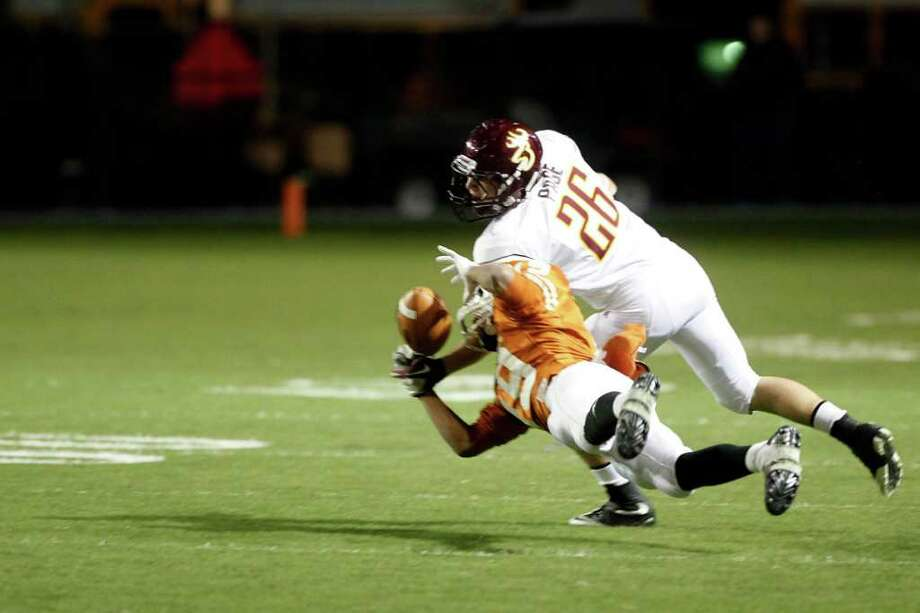Dobie wide receiver Chris Stockman (19) makes a diving catch. Photo: TODD SPOTH, For The Chronicle / Todd Spoth