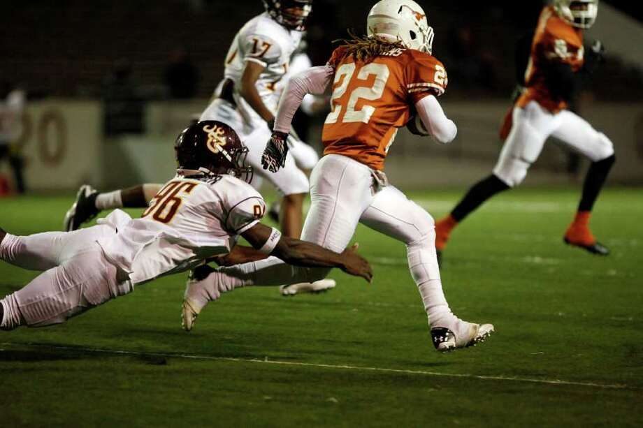 Dobie running back Andrew Robinson (22) breaks tackles to run for the first down. Photo: TODD SPOTH, For The Chronicle / Todd Spoth