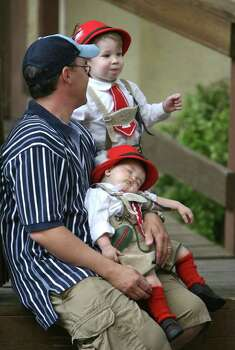 METRO --Lynn Lindsay (cq) talks with his son Ethan Lindsay, 2, while younger son,  Jadon Linsday, 11 months (cq) takes a break in the Biergarten during  Wurstfest in New Braunfels Sunday November 5, 2006. Photo: ROBERT MCLEROY , SAN ANTONIO EXPRESS-NEWS / San Antonio Express-News