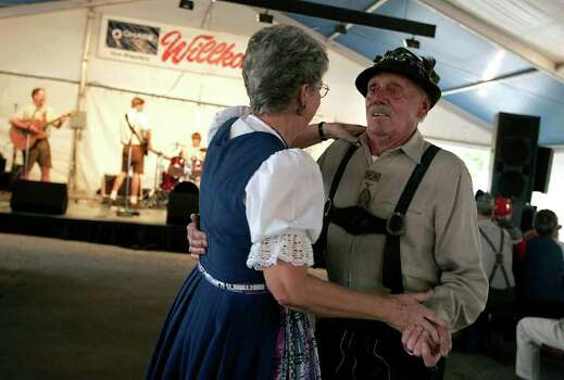 METRO      -----    Edie (cq) Payne, left, of Leander, and Don Heckman of Andice attend the New Braunfels Wurstfest Saturday afternoon Nov. 4, 2006 in New Braunfels.        (WILLIAM LUTHER/STAFF) Photo: WILLIAM LUTHER, SAN ANTONIO EXPRESS-NEWS / San Antonio Express-News