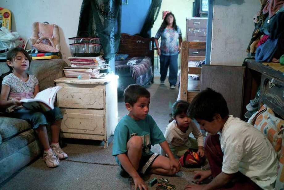 En Ciudad Juárez, Beatriz Ramírez cuida de sus cuatro nietos, cuyo padre fue asesinado recientemente. Photo: Julian Cardona