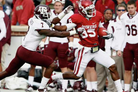 Oklahoma wide receiver Ryan Broyles (85) runs to the end zone against Texas A&M defensive back Terrence Frederick (7) during the first quarter of an NCAA college football game in Norman, Okla., on Saturday, Nov. 5, 2011. (AP Photo/Alonzo J. Adams)
