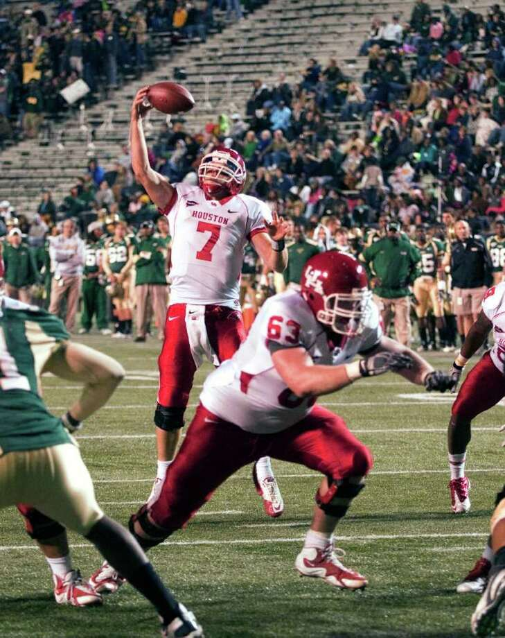 Houston quarterback Case Keenum grabs a snap, which he ran in for a touchdown, in the second quarter of an NCAA college football game against UAB, in Birmingham, Ala., Saturday, Nov. 5, 2011. (AP Photo/Bob Farley) Photo: Bob Farley, Associated Press / FR44186 AP