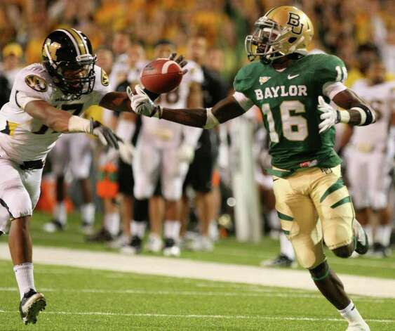 Baylor wide receiver Tevin Reese, right, pulls down a throw from quarterback Robert Griffin III for a touchdown over Missouri safety Matt White (17) in the second half of an NCAA college football game, Saturday, Nov. 5, 2011, in Waco, Texas. Photo: AP