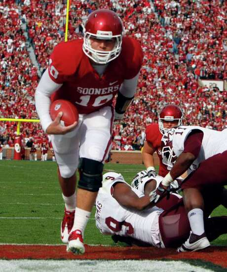 ALONZO J. ADAMS: ASSOCIATED PRESS CHANGEUP: OU backup quarterback Blake Bell leaves would-be tacklers in his wake on the first of his two TD runs. Photo: Alonzo Adams / FR159426 AP