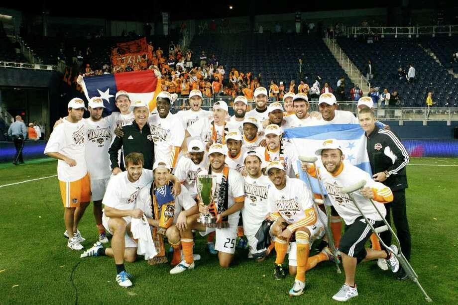 Los jugadores del Houston Dynamo celebran la conquista de la Conferencia del Este y el pase a la final de la MLS luego de su triunfo de 2-0, el domingo, frente a Sporting Kansas City en el Livestrong Sporting Park de Kansas. Photo: Kyle Rivas / 2011 Getty Images