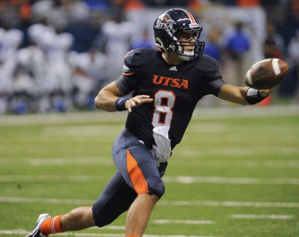 UTSA quarterback Eric Soza, pitching out in the 17-14 victory over Georgia State at the Alamodome, said he doesn't like to see the Roadrunners' initial season winding down. Photo: BILLY CALZADA, SAN ANTONIO EXPRESS-NEWS / gcalzada@express-news.net