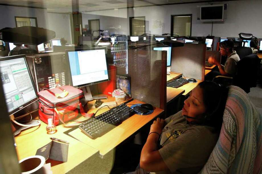 MICHAEL PAULSEN : CHRONICLE FEARS AN ONSLAUGHT: Mehvish Sheikh answers a call at the Harris County Emergency 911 Dispatch Center. A test of the national emergency alert system could spark some calls. Photo: Michael Paulsen / © 2011 Houston Chronicle