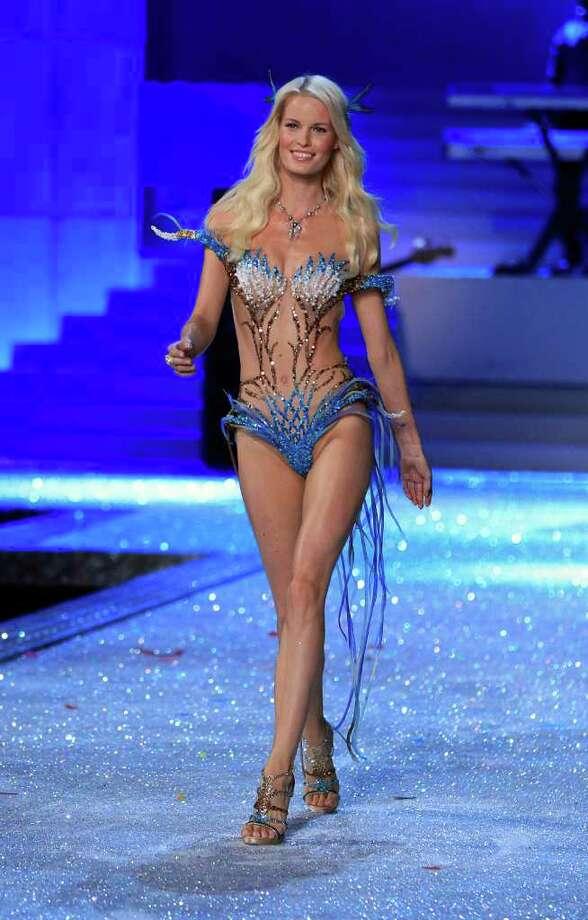 A Victoria's Secret model presents a creation during the Victoria's Secret Fashion Show at the Lexington Armory in New York November 9, 2011.  Photo: © Lucas Jackson / Reuters, REUTERS / X90066