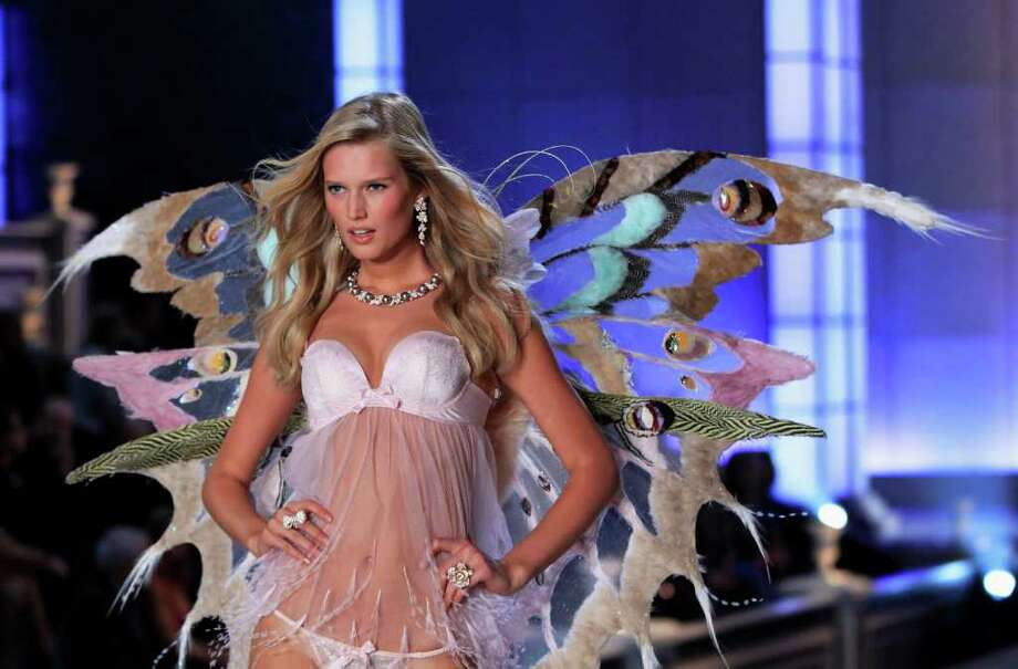 A Victoria's Secret model presents lingerie during the Victoria's Secret Fashion Show at the Lexington Armory in New York November 9, 2011.  Photo: © Lucas Jackson / Reuters, REUTERS / X90066