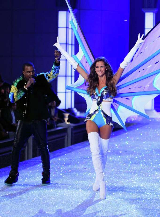 Rapper Kanye West performs next to model Izabel Goulart as she presents a creation during the Victoria's Secret Fashion Show at the Lexington Armory in New York November 9, 2011.  Photo: © Lucas Jackson / Reuters, REUTERS / X90066