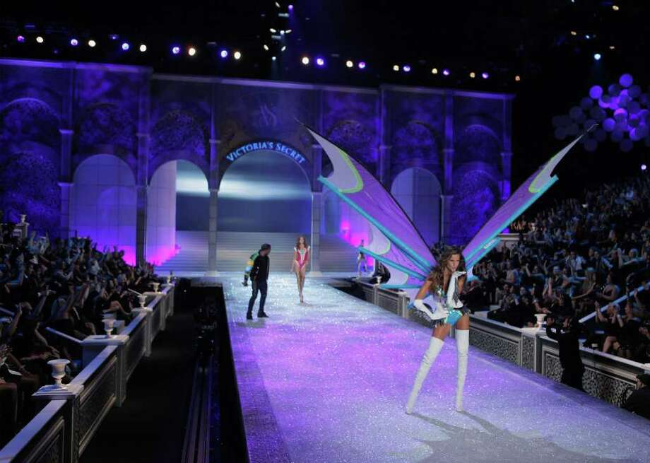 Model Izabel Goulart walks the catwalk. Photo: © Lucas Jackson / Reuters, REUTERS / X90066