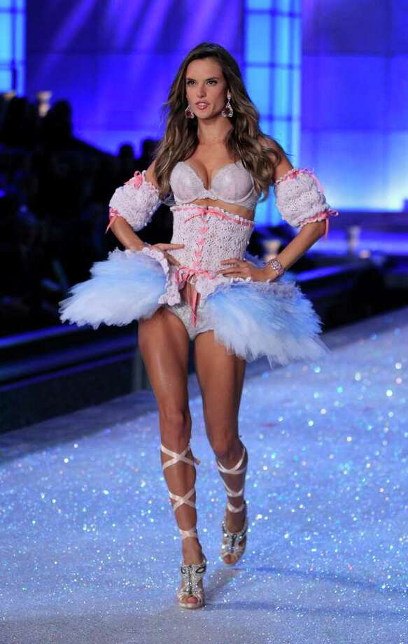 Model Alessandra Ambrosio presents a creation during the Victoria's Secret Fashion Show at the Lexington Armory in New York November 9, 2011.  Photo: © Lucas Jackson / Reuters, REUTERS / X90066