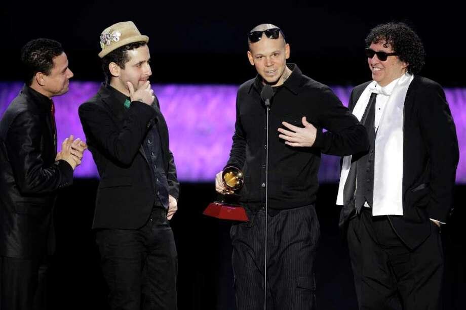 Los integrantes de Calle 13 reciben uno de los premios Latin Grammy, el jueves 10 de noviembre de 2011, en Las Vegas, Nevada. Photo: Julie Jacobson / AP