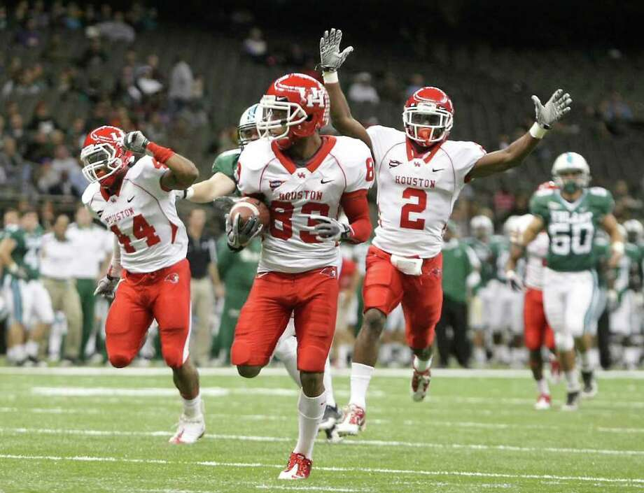 Nick de la Torre: Chronicle MANY HAPPY RETURNS: UH's D.J. Hayden, right, likes what he sees, namely Patrick Edwards, center, strolling into the end zone after returning a Tulane punt 70 yards for a second-quarter score Thursday night at the Superdome. Teammate Damian Payne later returned a punt 76 yards for a touchdown. Photo: Nick De La Torre / © 2011  Houston Chronicle