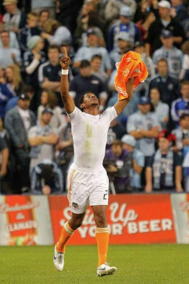 El delantero hondureño Carlo Costly, en la celebración del segundo gol del Dynamo ante Kansas City y deja enmudecida a la afición que colmó el Livestrong Sporting Park, el domingo 6 de noviembre de 2011. Photo: Kyle Rivas / 2011 Getty Images