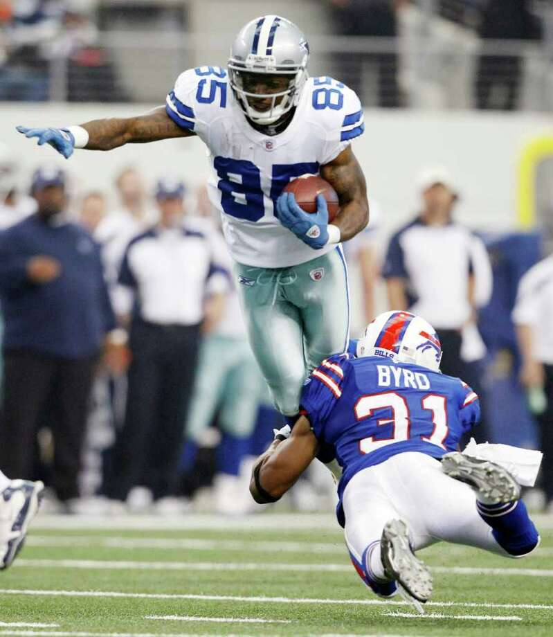 Dallas Cowboys' Kevin Ogletree is tackled by Buffalo Bills' Jairus Byrd during a Nov. 13 game. Ogletree suffered a knee injury in Tuesday's workout when he bumped knees with another player. Photo: AP