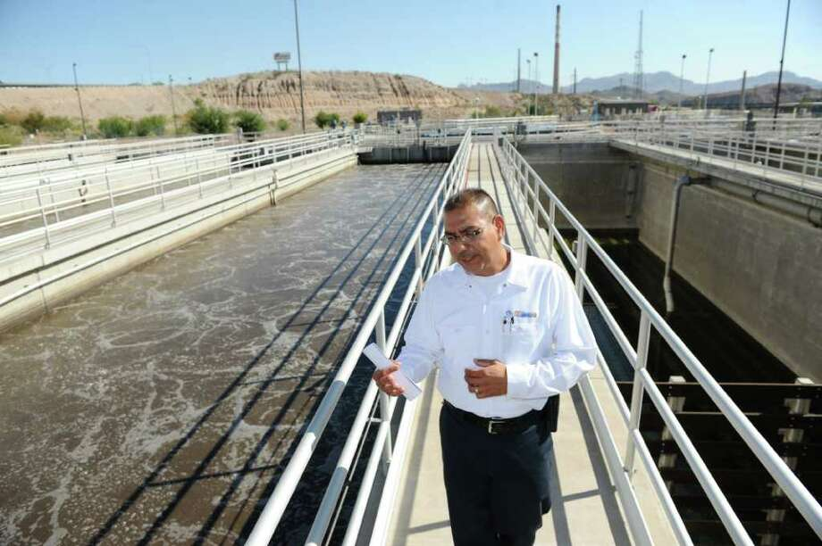 DAN DALSTRA : FOR THE CHRONICLE  CLEAN: Fred Murillo, superintendent at a wastewater plant in El Paso, shows how wastewater is being treated. Photo: DAN DALSTRA / Houston Chronicle