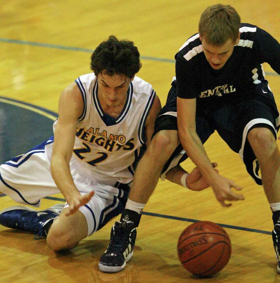 FOR SPORTS - Alamo Heights' Jeffrey Rodewald and Central Catholic's Jordan Kite scramble for a loose ball during first half action Monday Nov. 14, 2011 at Alamo Heights High School. Alamo Heights won 61-46. (PHOTO BY EDWARD A. ORNELAS/eaornelas@express-news.net) Photo: EDWARD A. ORNELAS, SAN ANTONIO EXPRESS-NEWS / © SAN ANTONIO EXPRESS-NEWS (NFS)