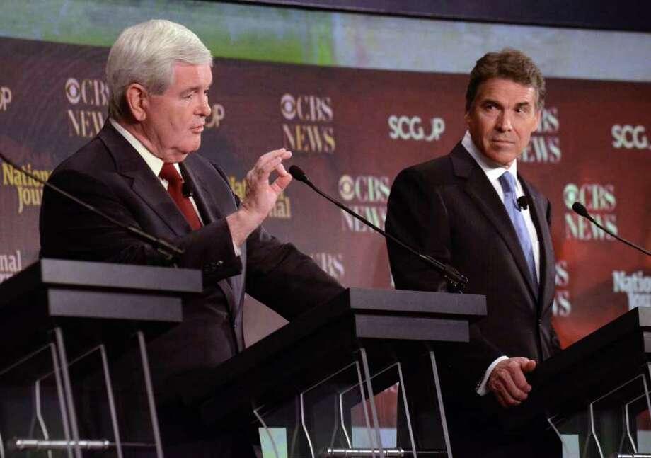 En esta foto de archivo, del 12 de noviembre de 2011, el aspirante a la nominación presidencial por el Partido Republicano Newt Gingrich, izq., habla en un debate ante la mirada del gobernador de Texas, Rick Perry, uno de sus rivales. Photo: Richard Shiro / FR159523 AP