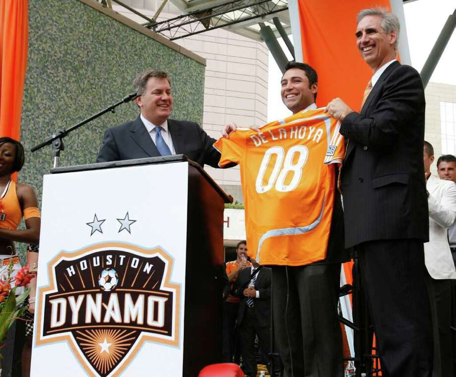 NEW TEAMMATE: Oscar De La Hoya shows his true colors when announced as a Dynamo ownership partner in 2008. Photo: Nathan Lindstrom / Freelance