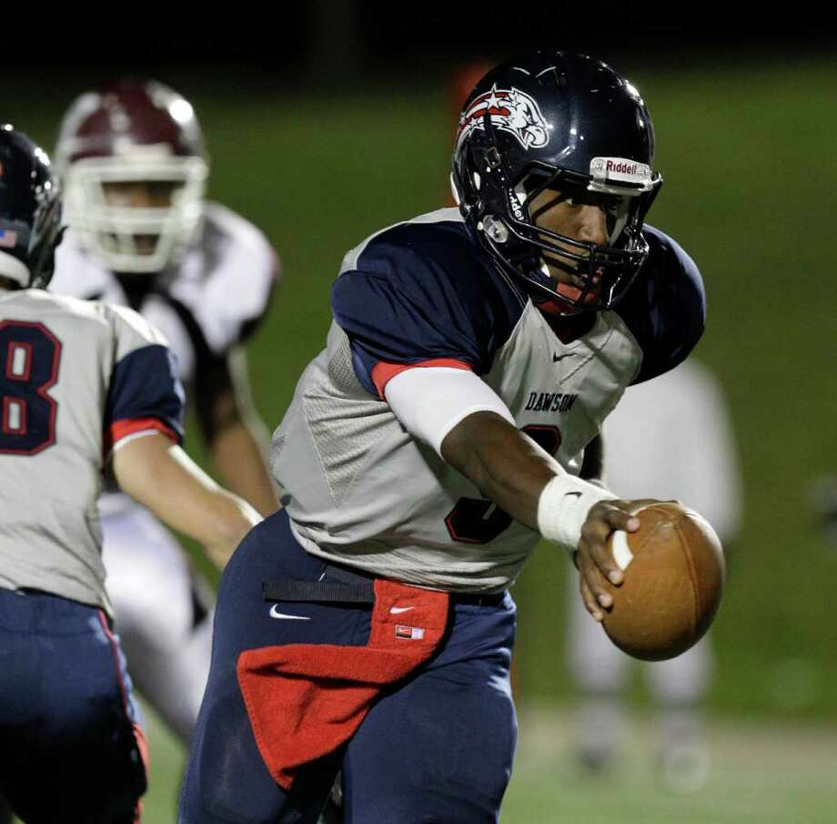 Dawson High School QB Garry Kimble during the first quarter. Photo: Melissa Phillip, Houston Chronicle / © 2011 Houston Chronicle