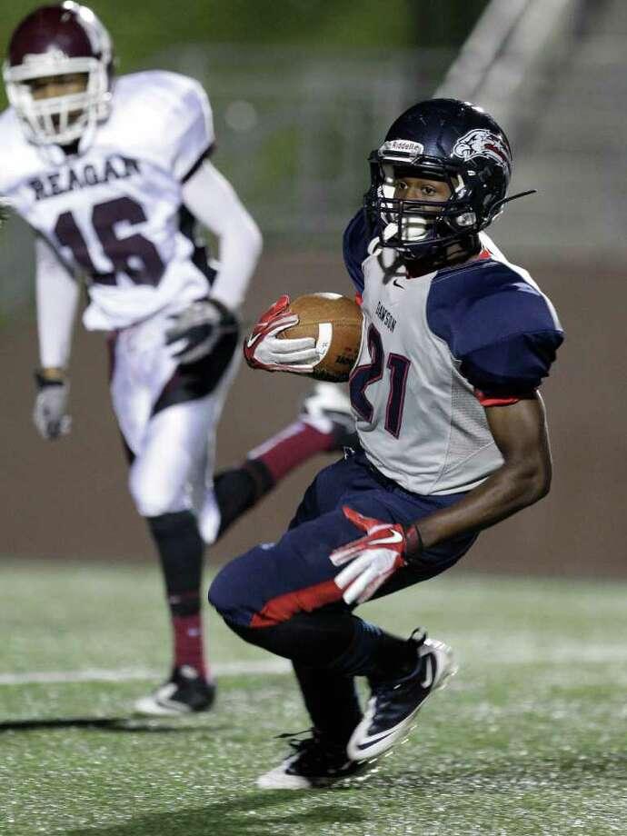 Dawson High School Matthew Bogues on a touchdown run. Photo: Melissa Phillip, Houston Chronicle / © 2011 Houston Chronicle