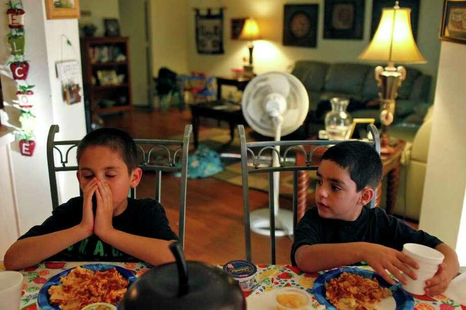 Los hermanos Michael y David Gaines, de 9 y 8 años, nacieron con problemas debido al consumo de alcohol. Photo: LISA KRANTZ / SAN ANTONIO EXPRESS-NEWS