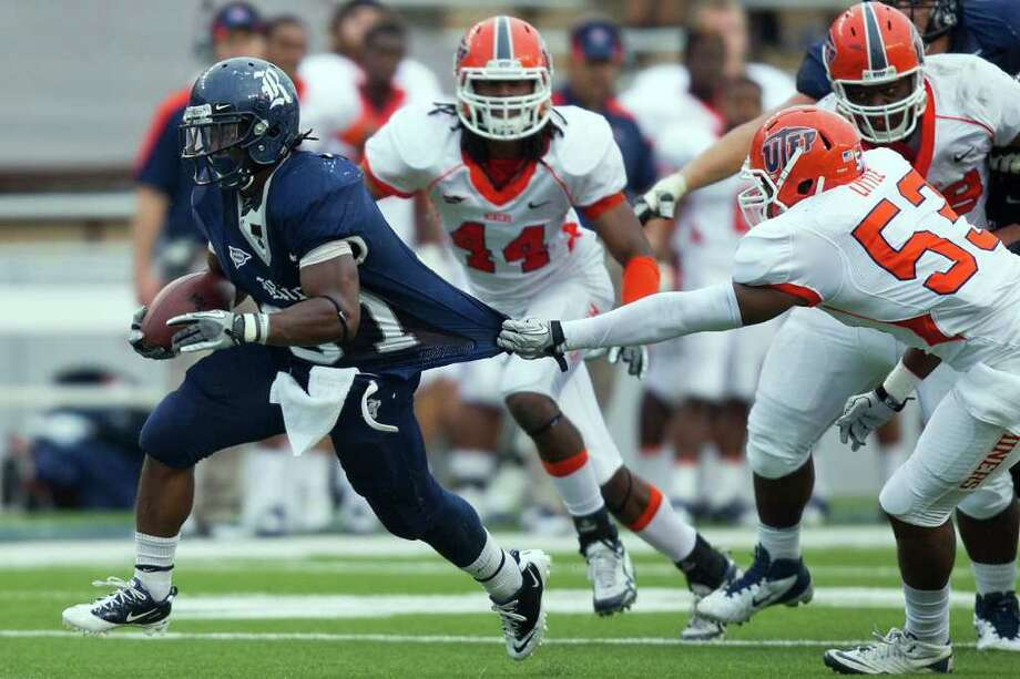 SMILEY N. POOL: CHRONICLE RUNNING OUT THE CLOCK: Rice running back Tyler Smith (37) tries to elude UTEP de­fenders Nov. 5 at Rice Stadium. He is one of 25 seniors playing in his last home game Saturday. Photo: Smiley N. Pool / © 2011  Houston Chronicle