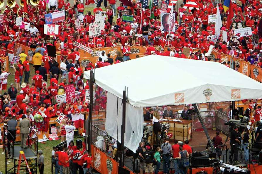 A crowd of UH fans gathers around on the ESPN College GameDay set at Cullen Circle on the University