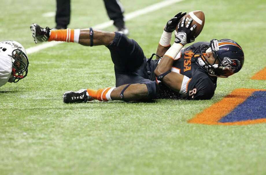 UTSA's Brandon Freeman (84) skids into the endzone after catch against Minot's Laron Peoples (03) in the second half at the Alamodome on Saturday, Nov. 19, 2011. UTSA defeated Minot 49-7 for a victory to end their inaugural season. Kin Man Hui/kmhui@express-news.net Photo: Kin Man Hui, ~ / San Antonio Express-News