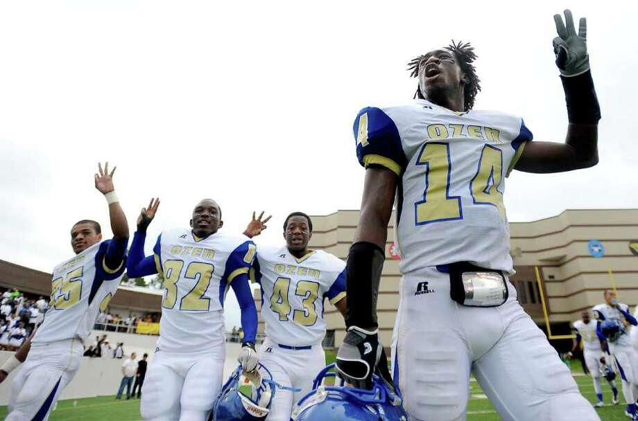 The Ozen Panthers celebrate thier play off win over Brenham at Thorne Stadium in Aldine, Saturday, November 19, 2011. Tammy McKinley/The Enterprise Photo: TAMMY MCKINLEY