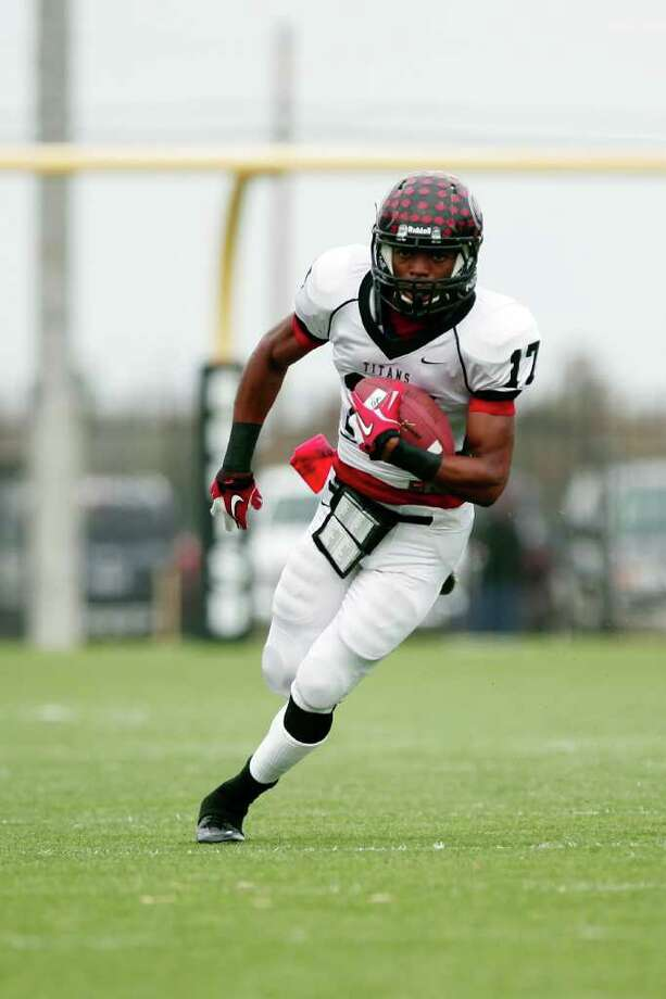 Memorial wide receiver, Aerian Jackson, 17, runs for a first down, during the first half of a high school football playoff game between the Clear Springs High School Chargers and the Port Arthur Memorial Titans, Saturday, November 19, 2011 at Stallworth Stadium in Baytown, Texas. PA Memorial won 38-35. Photo: TODD SPOTH, For The Chronicle / Todd Spoth