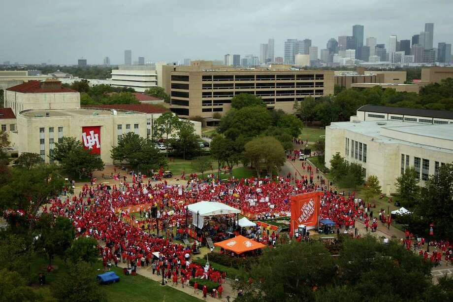 RED ALERT: Cullen Circle was packed with UH fans welcoming GameDay to campus. Photo: Smiley N. Pool / © 2011  Houston Chronicle
