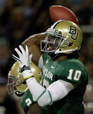 Baylor quarterback Robert Griffin III (10) passes against Oklahoma in the first half of an NCAA college football game on Saturday, Nov. 19, 2011, in Waco, Texas. Photo: AP